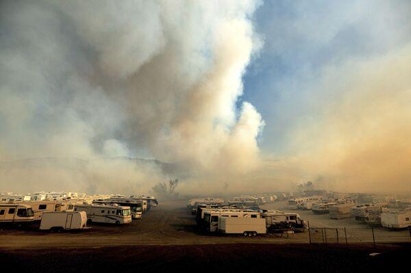 Дым от лесных пожаров над стоянкой автофургонов возле озера Ирвин в округе Ориндж - Sputnik Грузия