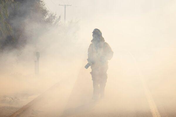 Фотокорреспондент Los Angeles Times пробирается сквозь дым в округе Ориндж - Sputnik Грузия