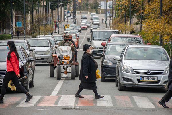 Как и в других крупных городах Грузии, в Кутаиси жители должны передвигаться по улицам в масках - Sputnik Грузия