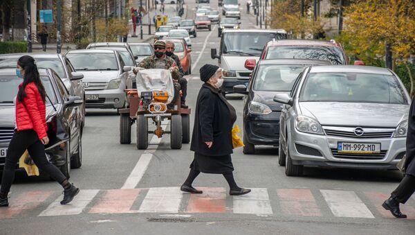 Кутаиси - эпидемия коронавируса. Прохожие в масках переходят дорогу по зебре - Sputnik Грузия
