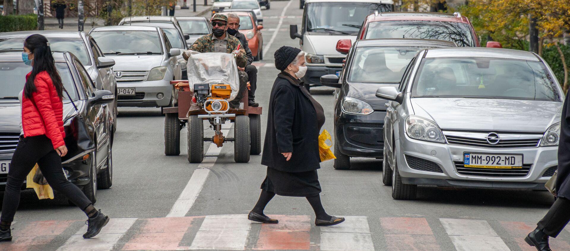Кутаиси - эпидемия коронавируса. Прохожие в масках переходят дорогу по зебре - Sputnik Грузия, 1920, 28.02.2021