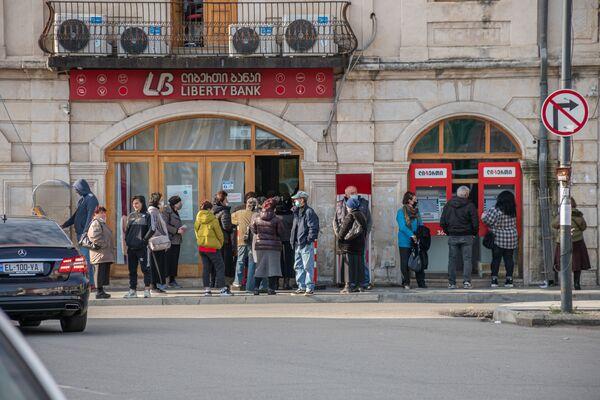 Очереди только в банки или в аптеки - Sputnik Грузия
