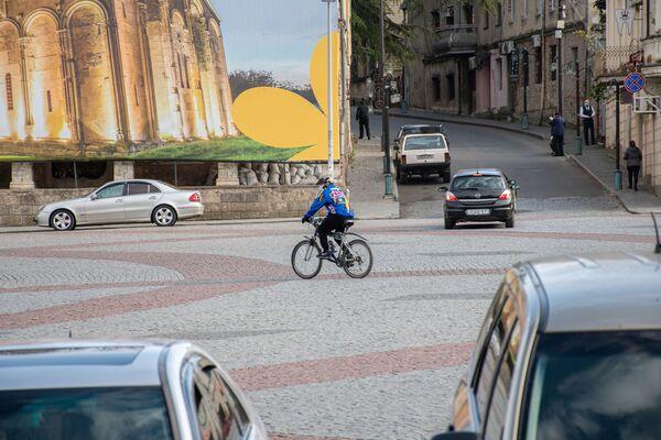 Зато для велосипедистов - раздолье. Общественный транспорт исчез с улиц, на дорогах теперь больше простора - Sputnik Грузия