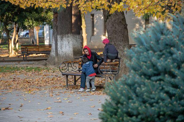 Люди стараются соблюдать дистанцию. Так мама гуляет утром с детьми в парке. Вокруг - никого - Sputnik Грузия