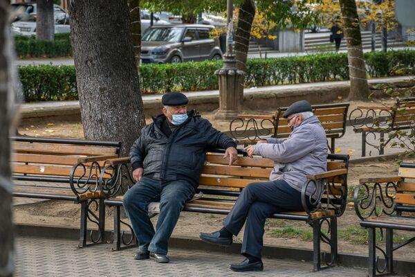 Пожилые люди - в группе риска. Но трудно целый день сидеть дома взаперти - Sputnik Грузия
