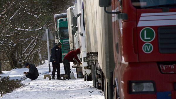Военно-Грузинская дорога зимой. Снег и трейлеры в очереди - Sputnik Грузия