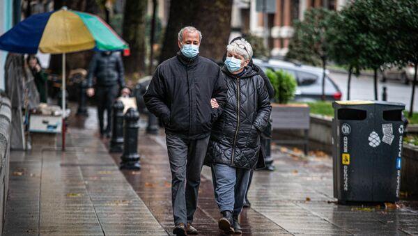 Эпидемия коронавируса - прохожие в масках на улицах грузинской столицы в дождь - Sputnik Грузия