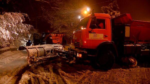 Как ночью дороги в пригородах столицы Грузии очищают от снега - видео - Sputnik Грузия