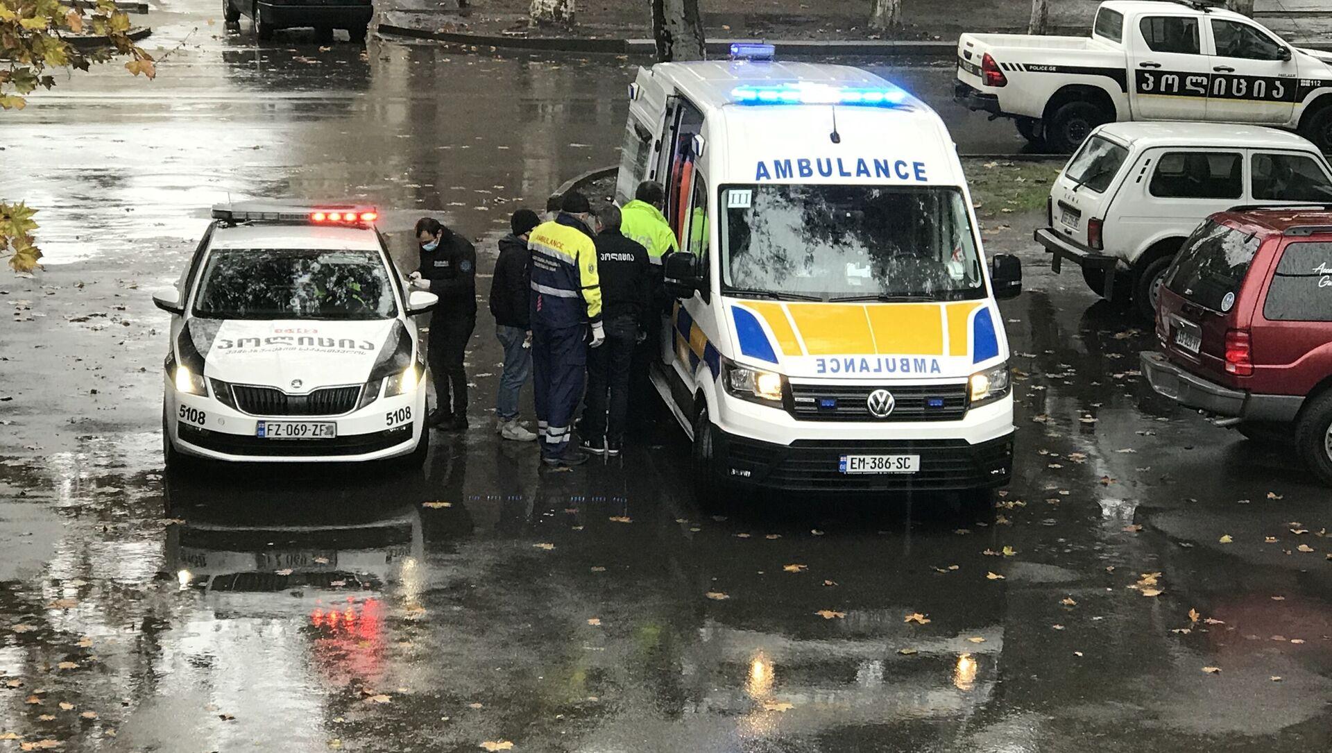 Скорая помощь и машина патрульной полиции на месте происшествия в городе Рустави - Sputnik Грузия, 1920, 04.04.2021