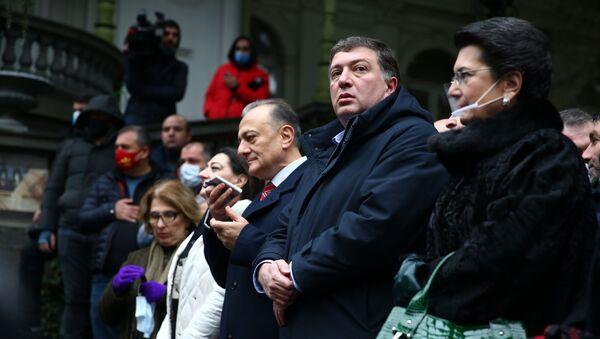 Гиги Угулава, Нино Бурджанадзе и Шалва Нателашвили. Оппозиция подписывает меморандум об отказе от депутатских мандатов 11 декабря 2020 года - Sputnik Грузия