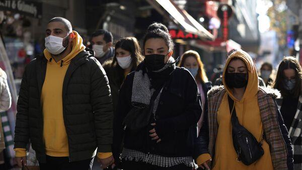 Пандемия коронавируса COVID 19 - прохожие в масках в Анкаре, Турция - Sputnik Грузия
