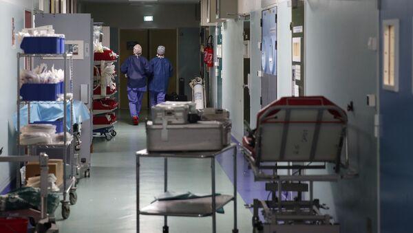 Пандемия коронавируса COVID 19 - врачи в отделении интенсивной терапии в больнице - Sputnik Грузия
