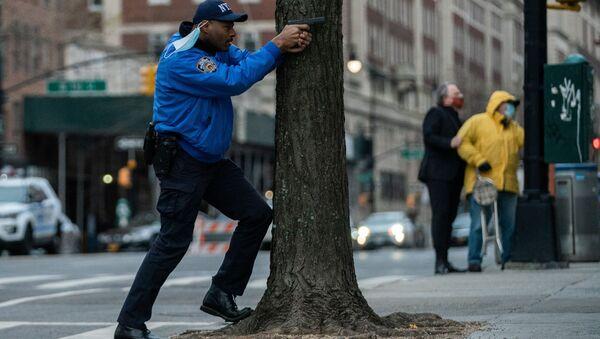 Полицейский наготове во время стрельбы у собора Иоанна Богослова в Нью-Йорке  - Sputnik Грузия