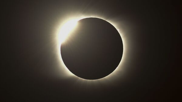 Огненное кольцо во время полного солнечного затмения в Аргентине  - Sputnik Грузия