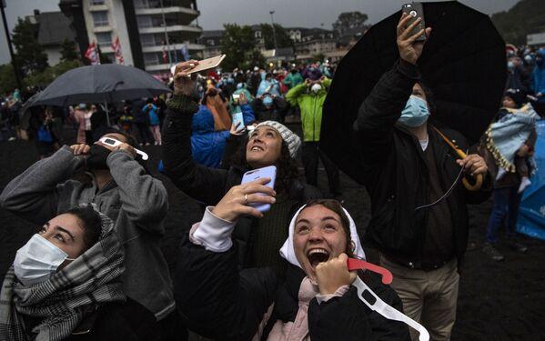 Дождь прекратился за несколько часов до ожидаемого события. Люди замерли, когда солнце полностью закрыла луна, а затем кричали и аплодировали, когда снова появилось светило   - Sputnik Грузия