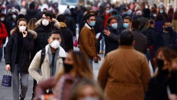 Коронавирус в мире. Люди в защитных масках идут по улице в Риме - Sputnik Грузия