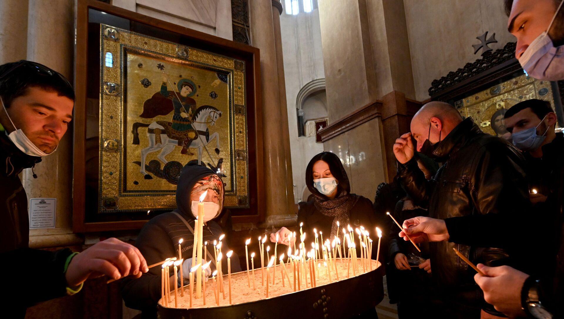 Эпидемия коронавируса. Церковная служба. Верующие в масках - Sputnik Грузия, 1920, 06.05.2021