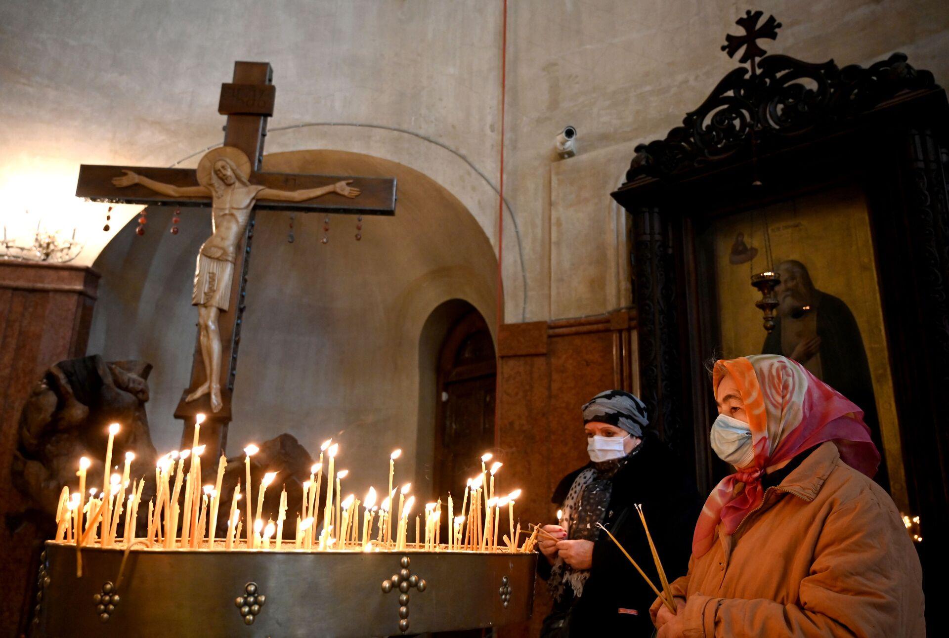 Эпидемия коронавируса. Церковная служба. Верующие в масках - Sputnik Грузия, 1920, 24.08.2021