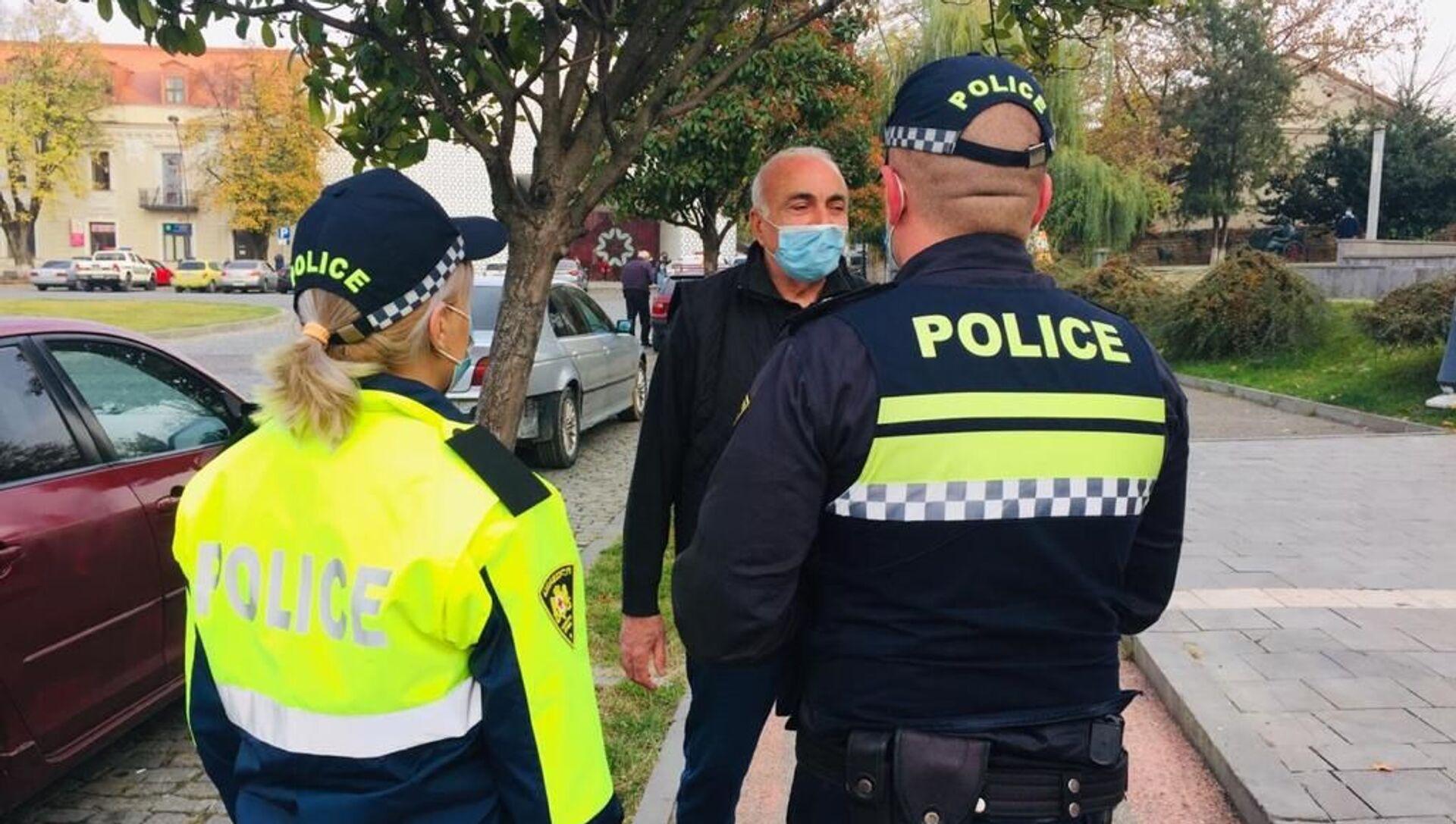 Эпидемия коронавируса - полиция проверяет ношение масок прохожими на улице - Sputnik Грузия, 1920, 12.02.2021