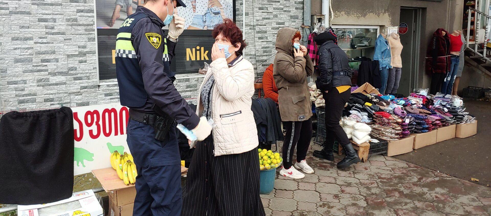 Эпидемия коронавируса - полиция проверяет ношение масок прохожими на улице - Sputnik Грузия, 1920, 18.04.2021