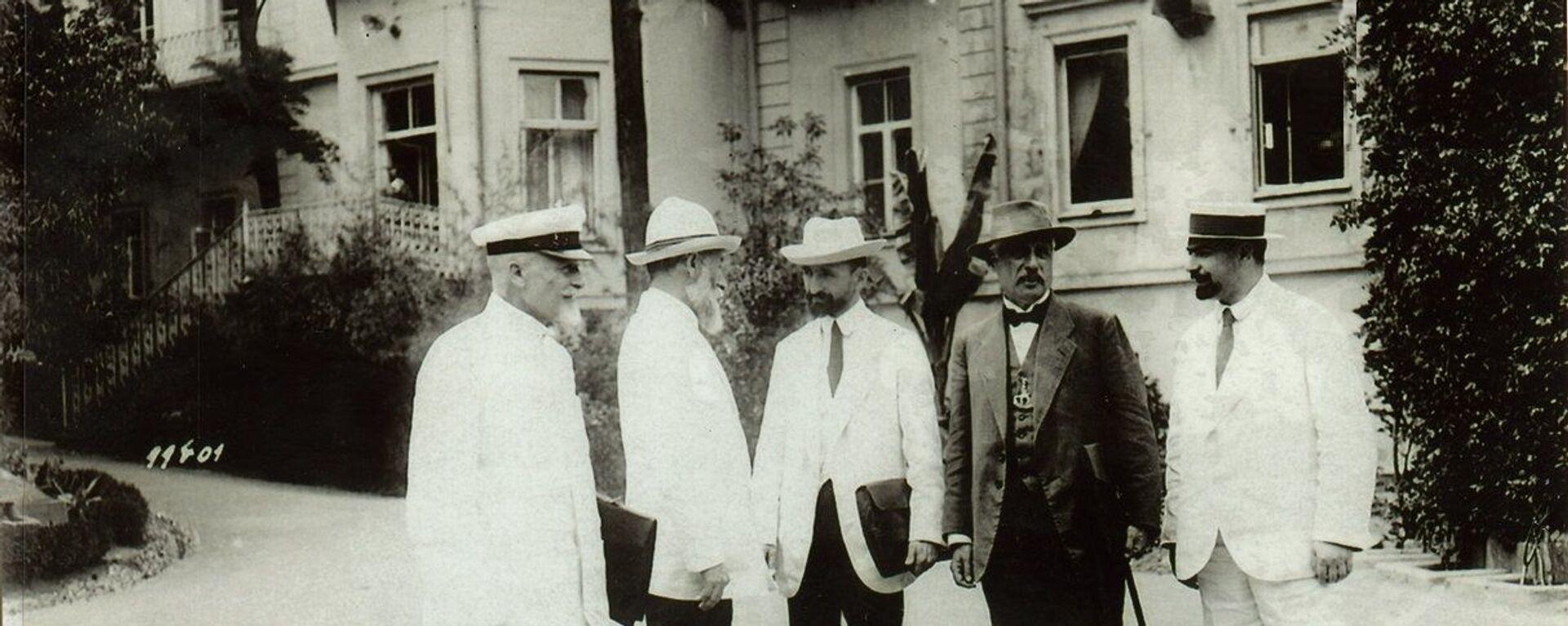 ნოე ჟორდანია და ნოე რამიშვილი (მარცხნიდან მესამე) საქართველოს მთავრობის სხვა წევრებთან ერთად - Sputnik საქართველო, 1920, 18.12.2020