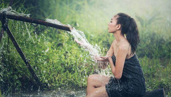 ახალგაზრდა ქალი წყალთან  - Sputnik საქართველო