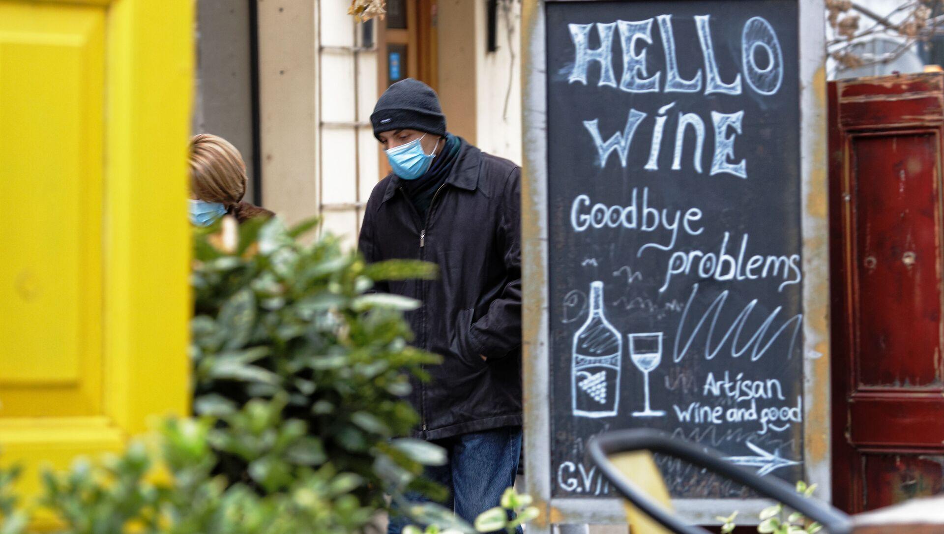 Эпидемия коронавируса - пожилой мужчина в маске идет мимо закрытых на карантин ресторанов - Sputnik Грузия, 1920, 15.02.2021