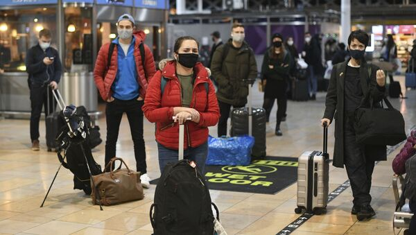 Пандемия коронавируса COVID 19 - пассажиры в аэропорту в Лондоне - Sputnik Грузия