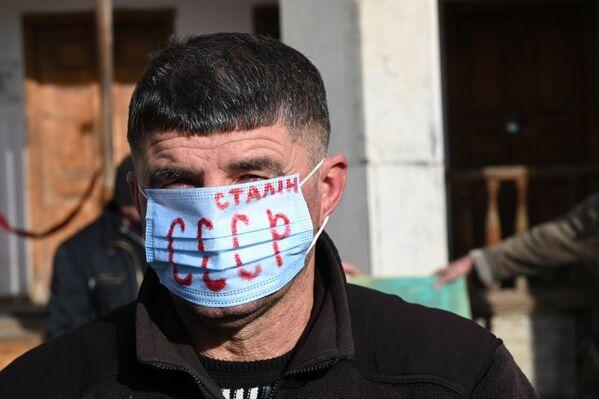 Те, кто пришел к дому-музею 21 декабря, были в масках. Некоторые разрисовали их поверхность соответствующей символикой и лозунгами - Sputnik Грузия