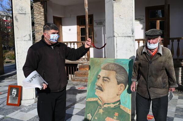 Людей было не так много, и поэтому сторонники Сталина не стали проводить традиционное шествие по городу - Sputnik Грузия