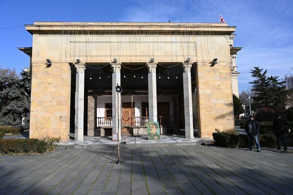 Дом-музей Иосифа Сталина в Гори. Традиционное место встречи сторонников вождя народов - Sputnik Грузия