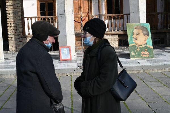 До сих пор большой памятник Сталину в Гори так и не поставили на территории его дома-музея, хоть раньше власти это и обещали - Sputnik Грузия
