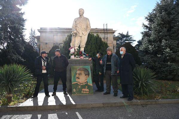 Участники мероприятия в очередной раз заявили, что они продолжают требовать вернуть в центр города большой памятник Сталину, демонтированный в 2010 году с главной площади Гори - Sputnik Грузия