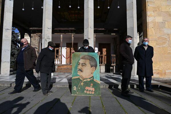 Вот так, скромно и в немногочисленном составе, сторонники Сталина отметили сегодняшнюю дату - Sputnik Грузия