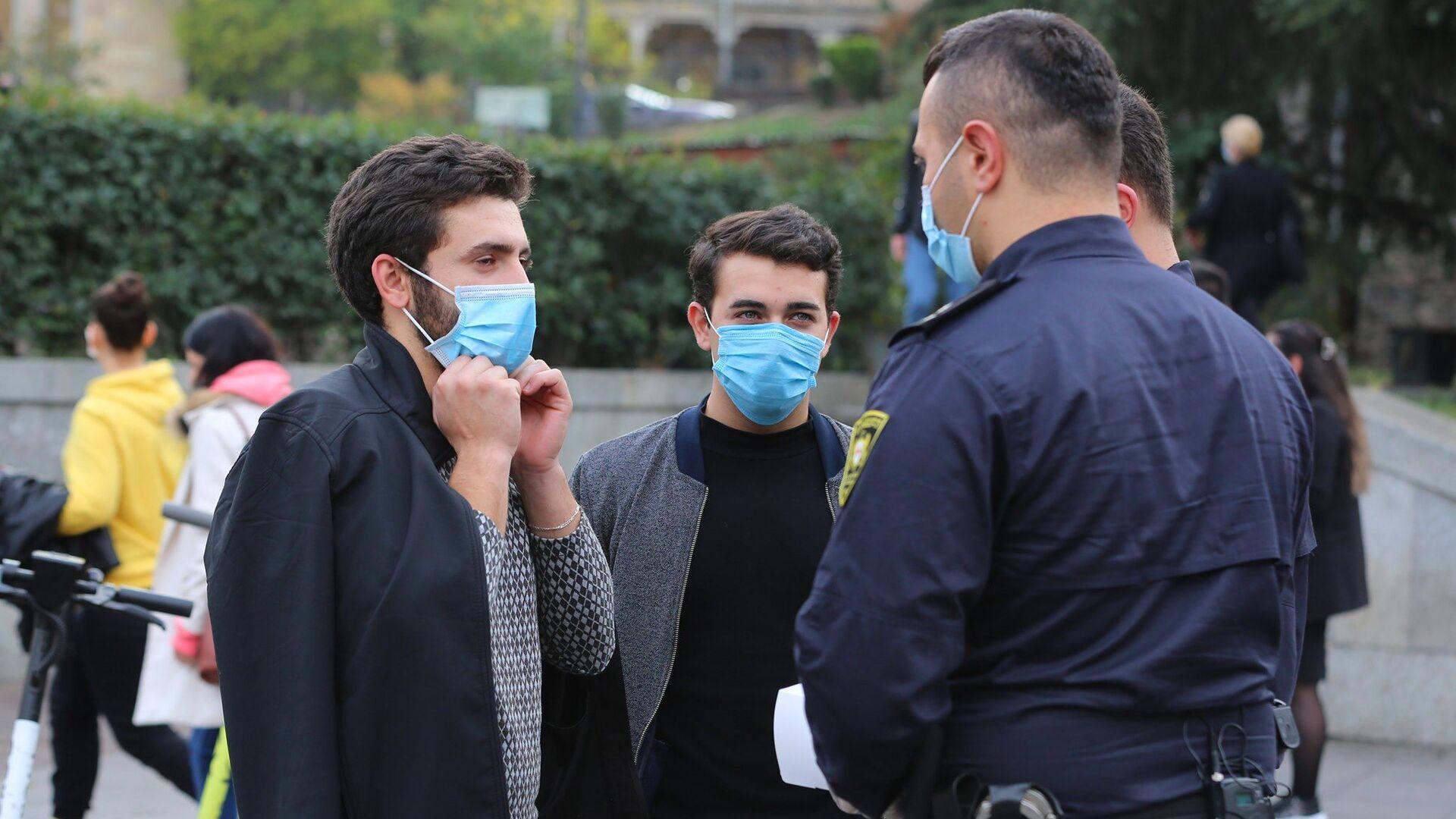 Эпидемия коронавируса. Полиция следит за ношением масок и соблюдением ограничений в Грузии - Sputnik Грузия, 1920, 07.09.2021