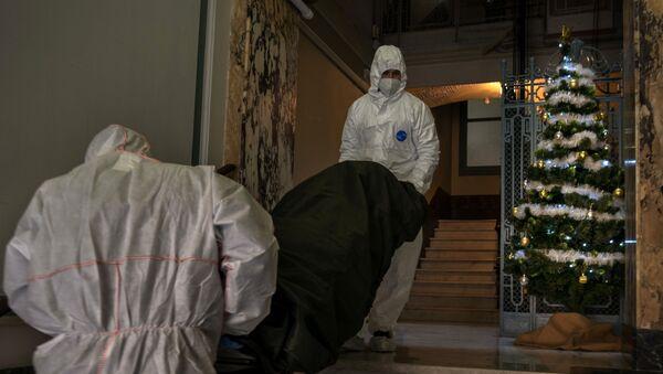 Пандемия коронавируса COVID 19 - медики выносят на носилках погибшего в Барселоне, Испания - Sputnik Грузия