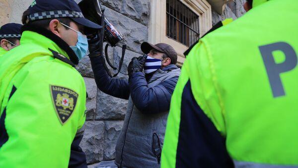Оппозиция и полиция у ворот, куда заезжают правительственные машины. Заседание парламента Грузии 24 декабря 2020 год - Sputnik Грузия