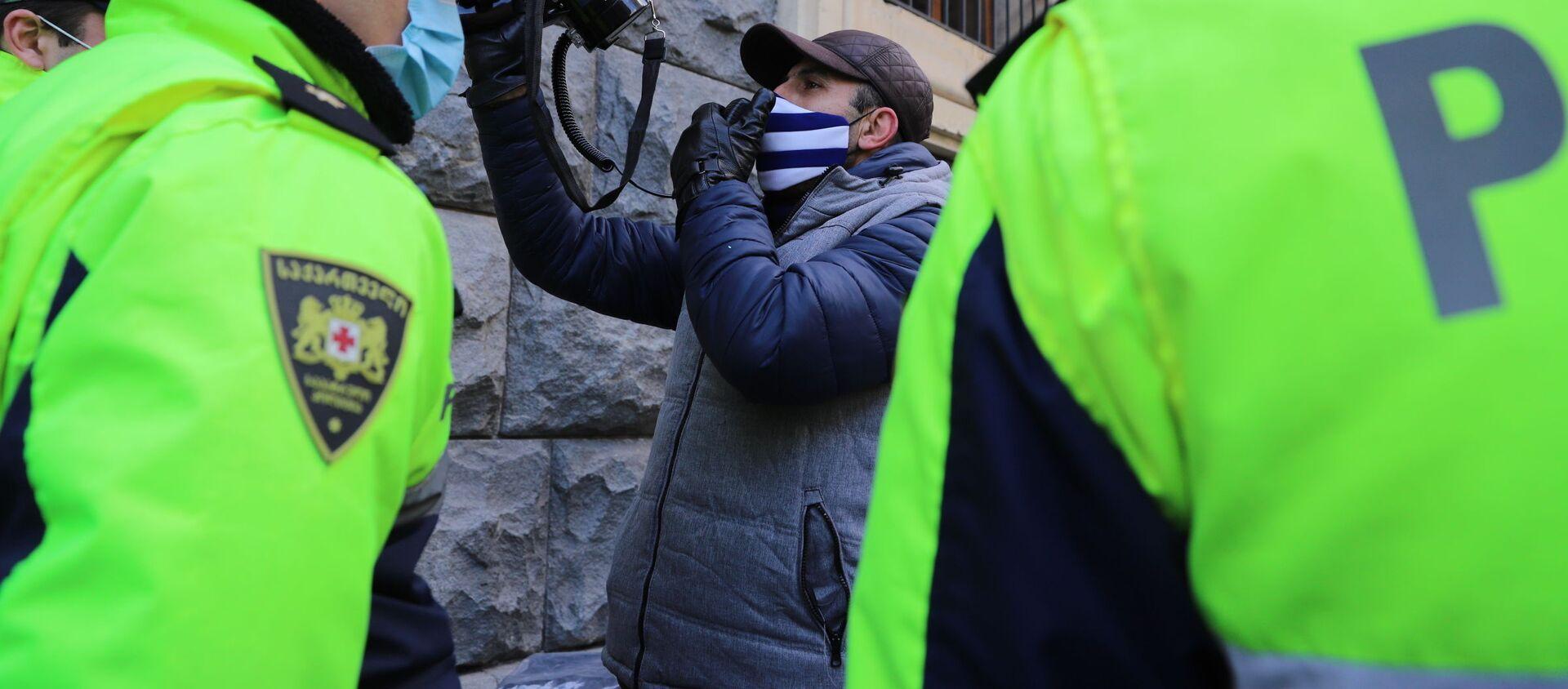 Оппозиция и полиция у ворот, куда заезжают правительственные машины. Заседание парламента Грузии 24 декабря 2020 год - Sputnik Грузия, 1920, 08.01.2021