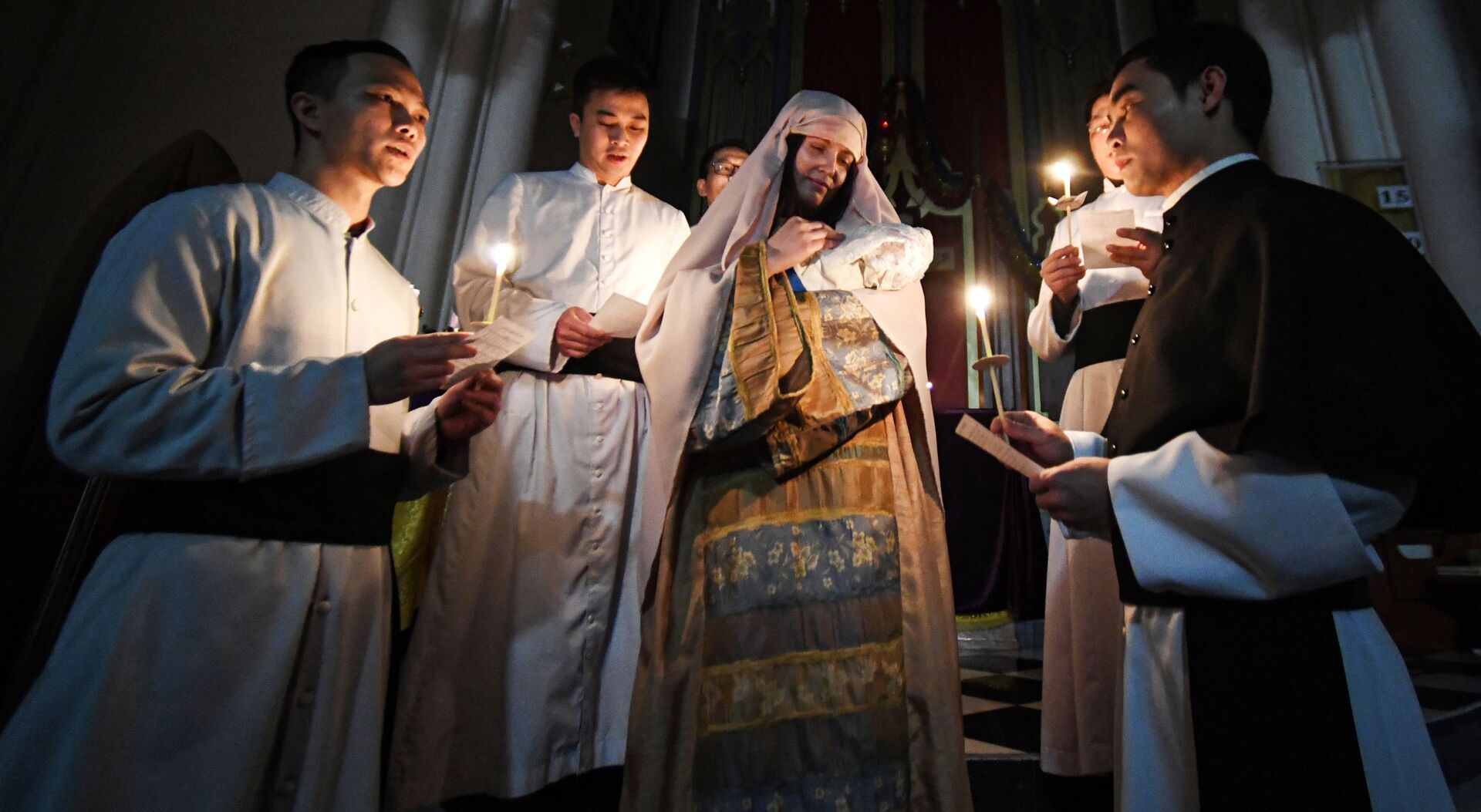 Священнослужители во время службы на праздновании Рождества Христова в католической церкви пресвятой Богородицы во Владивостоке - Sputnik Грузия, 1920, 20.09.2021