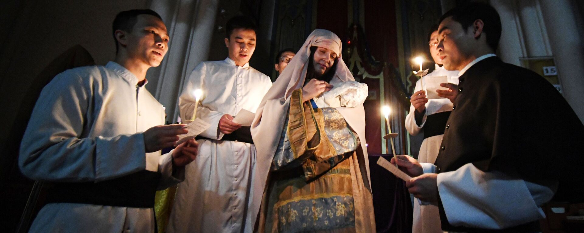 Священнослужители во время службы на праздновании Рождества Христова в католической церкви пресвятой Богородицы во Владивостоке - Sputnik Грузия, 1920, 09.09.2021