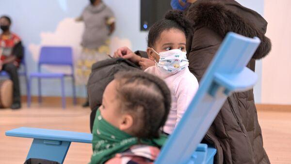 Пандемия коронавируса COVID 19 - дети в масках в детском музее, Бруклин, Нью-Йорк, США - Sputnik Грузия
