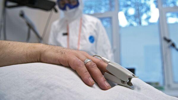 პულსომეტრი პაციენტის თითზე  - Sputnik საქართველო