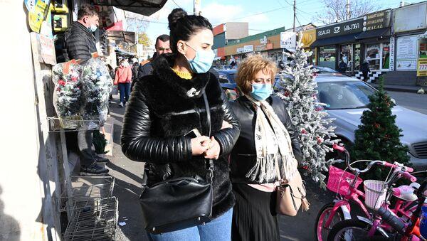 Эпидемия коронавируса - жители в масках на Дезертирском рынке - Sputnik Грузия