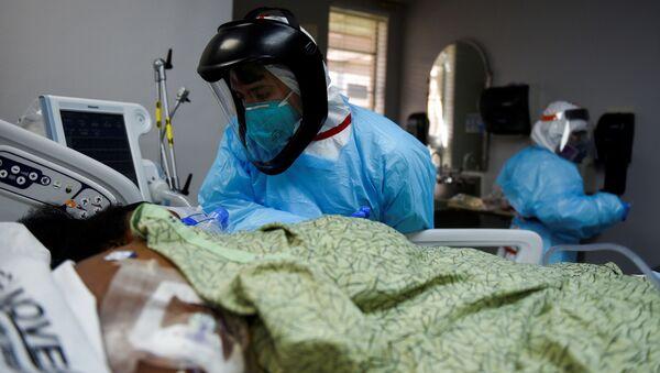 Эпидемия коронавируса COVID 19 - медики и врачи в больнице в реанимации - Sputnik Грузия