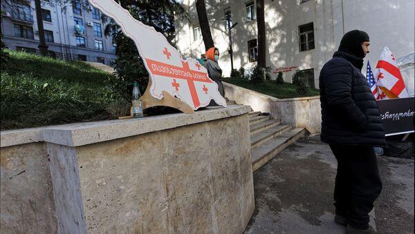 Акция протеста оппозиции и изображение карты Грузии в виде флага с лозунгом - Sputnik Грузия