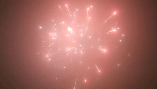 С Новым годом! Праздничные фейерверки в небе над Тбилиси - видео - Sputnik Грузия