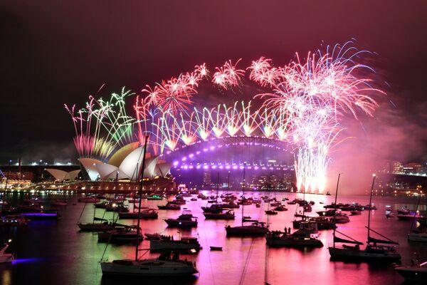 Салют во время празднования Нового 2021 года в Сиднее традиционно запускают над оперным театром и мостом через гавань - Sputnik Грузия