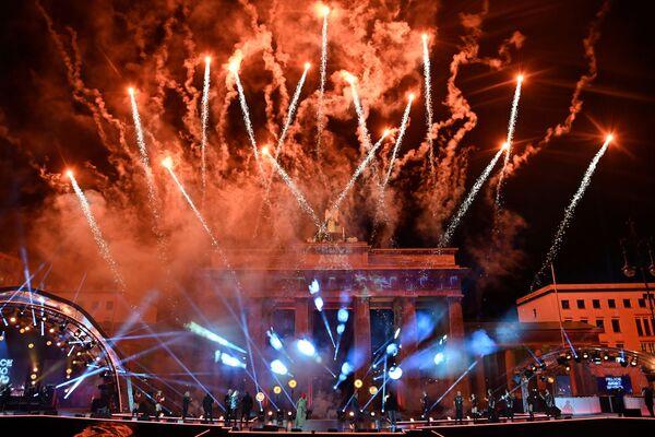 Фейерверк над знаменитыми Бранденбургскими воротами в ознаменование Нового года во время концерта Willkommen 2021 прошел на фоне ограничений по коронавирусу в Берлине - Sputnik Грузия