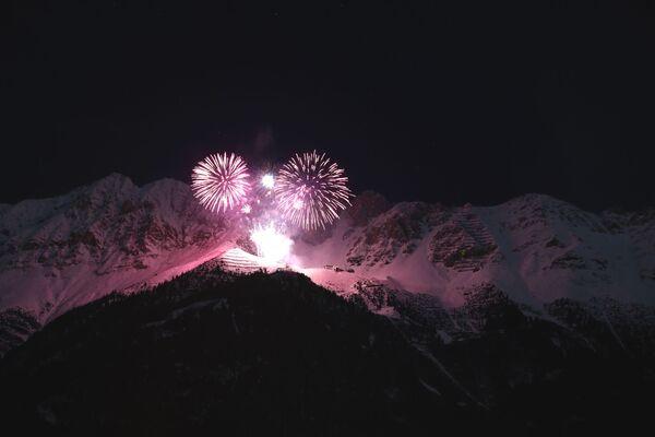 Фейерверк освещает небо во время празднования Нового года над альпийским горным массивом Нордкетте в Инсбруке в Австрии - Sputnik Грузия