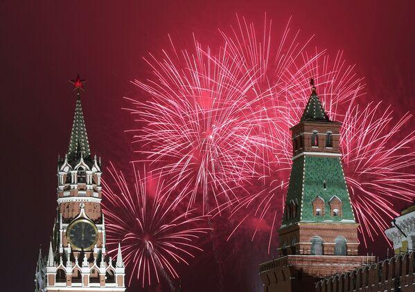 Салют во время празднования Нового 2021 года в Москве - Sputnik Грузия